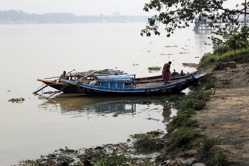 Rzeczne łodzie czeka pasażerów przy dokiem w Kolkata zdjęcia stock