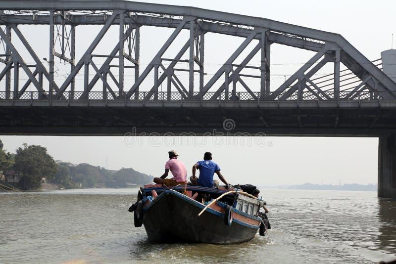 Rzeczne łodzie niesie pasażerów przez Hooghly rzekę w Kolkata obrazy royalty free