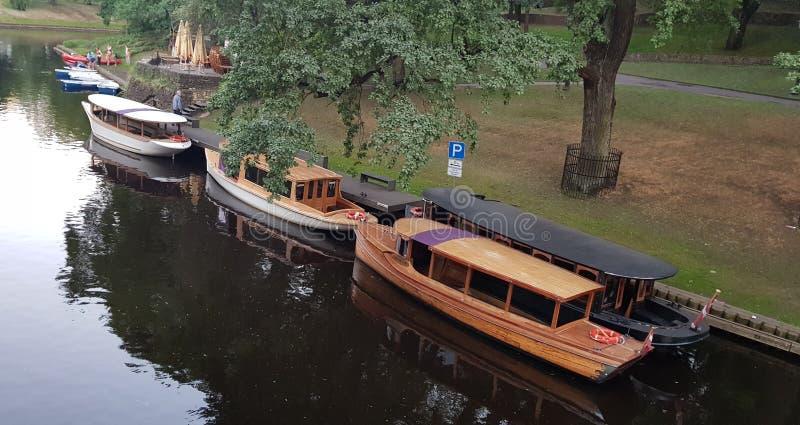 Rzeczne przyjemności łodzie fotografia stock