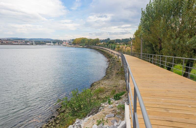 Rzecznego jezioro wody mola wybiegu banka sposobu ścieżki kolarstwa drewnianego śladu miasta miastowy parkowy horyzont zdjęcie royalty free