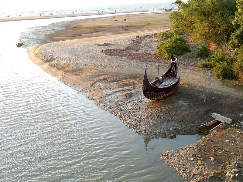rzecznego widoku samotna łódź czekać na ja zdjęcia stock