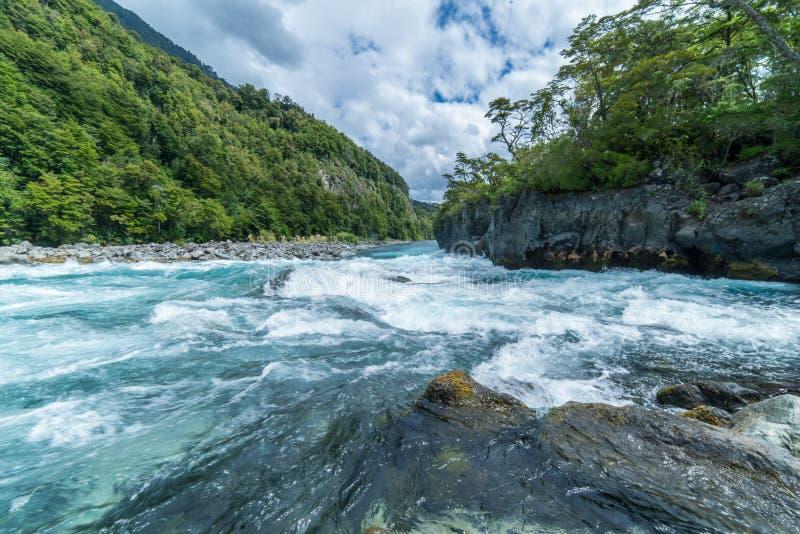 Rzeczni gwałtowni zbliżają wulkan Osorno chile puerto varas patagonia obrazy royalty free