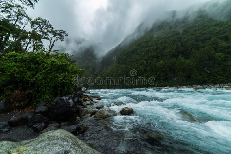 Rzeczni gwałtowni zbliżają wulkan Osorno chile puerto varas patagonia fotografia royalty free
