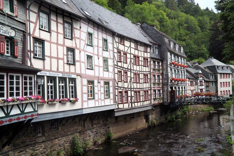 Rzeczni Laufenbach przepływy wyprostowywają przez małego miasta Monschau w Niemcy obrazy stock