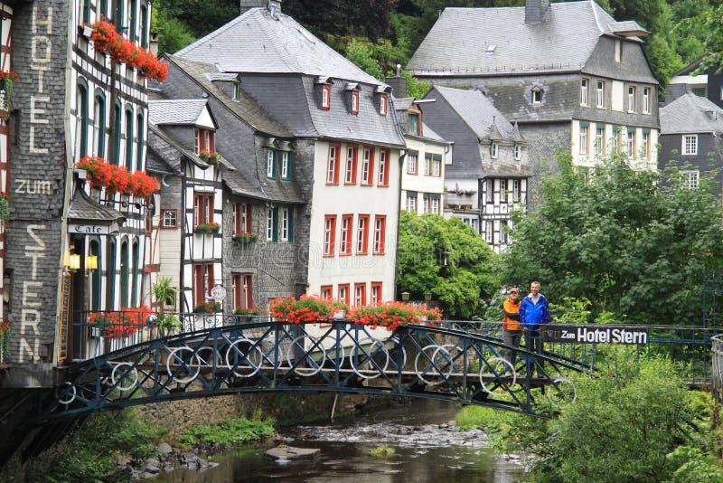 Rzeczni Laufenbach przepływy wyprostowywają przez małego miasta Monschau w Niemcy zdjęcie stock