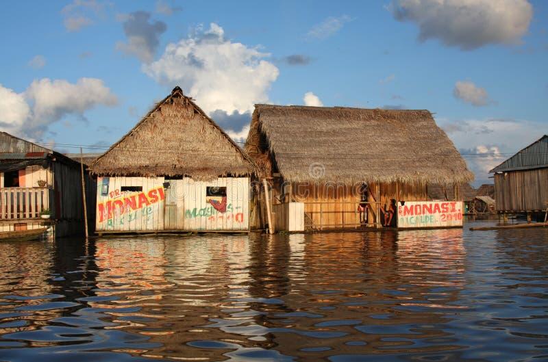 rzeczni spławowi Amazon domy zdjęcie royalty free