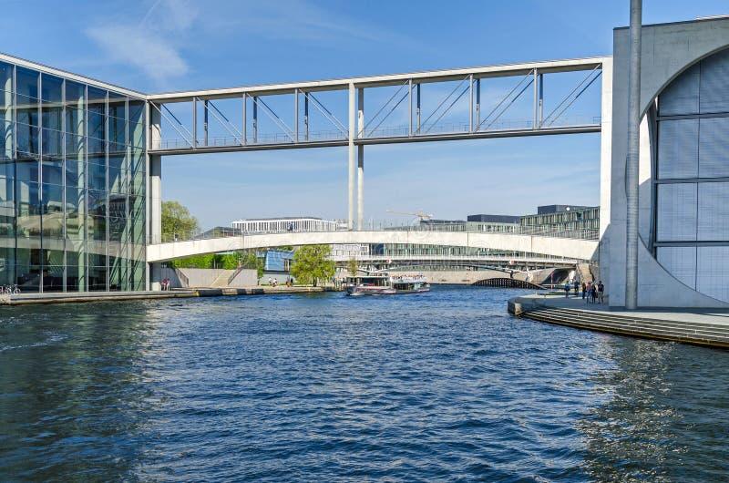 Rzeczny bomblowanie Mierscheid-Steg łączy paul i footbridge zdjęcia royalty free