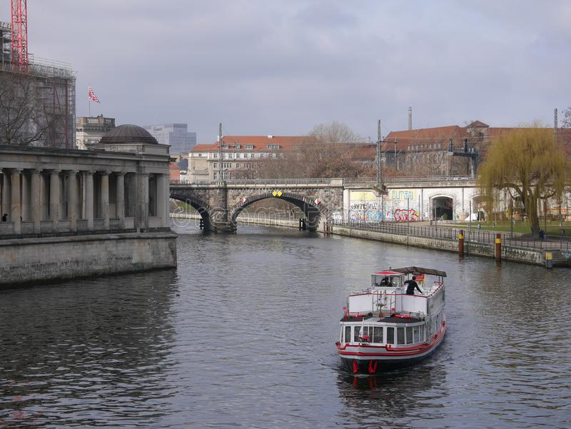 Rzeczny bomblowanie w Berlin i Czekający muzeum, Przyjemności łódź przechodzi obok obraz stock