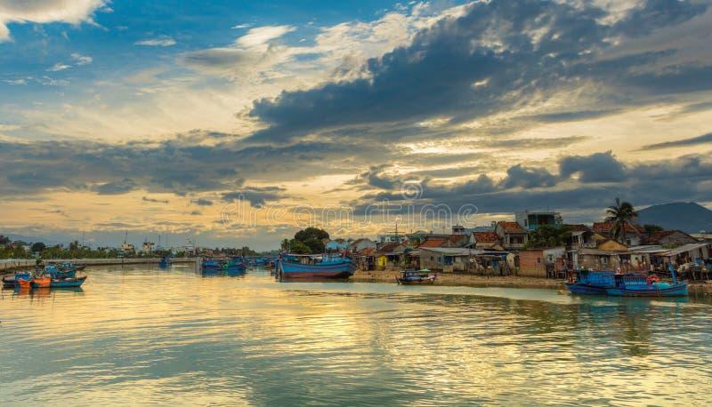 Rzeczny Cai łodzi rybackich zmierzchu niebo zdjęcie stock