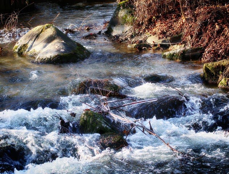 Rzeczny działający nawadnia w zimie, natury tło zdjęcie royalty free