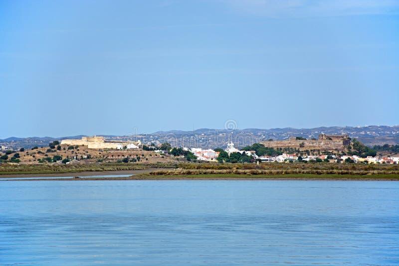 Rzeczny Guadiana i miasteczko, Castro Marim zdjęcie royalty free