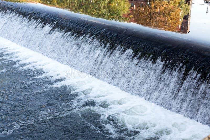 Rzeczny jaz, woda w rzece zdjęcie stock