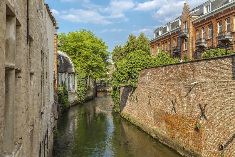 Rzeczny kanał, budynki wzdłuż go i mały footbridge, obraz stock