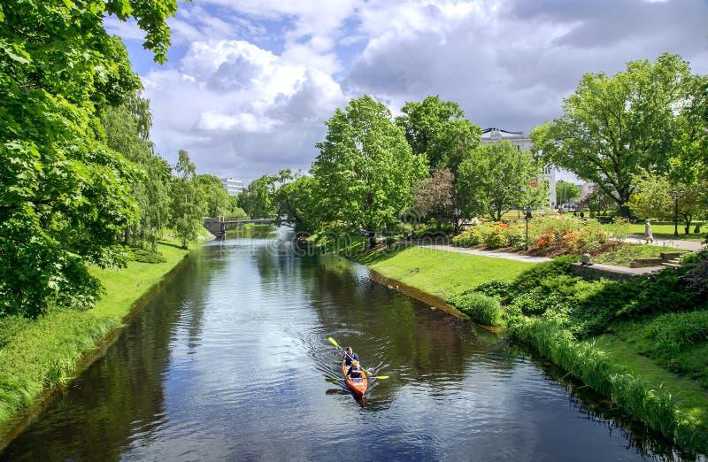 Rzeczny kanał w Ryskim centralne miasto parku zdjęcie stock