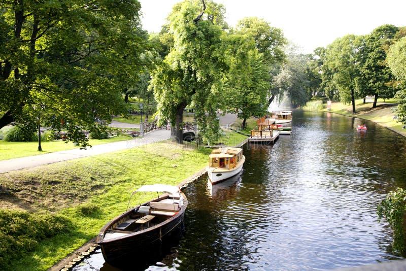 Rzeczny kanał w Ryskim miasto parku zdjęcie stock