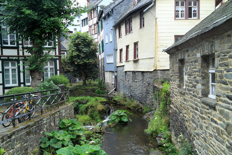 Rzeczny Laufenbach płynie prosto przez małego miasta Monschau w Niemcy obraz royalty free