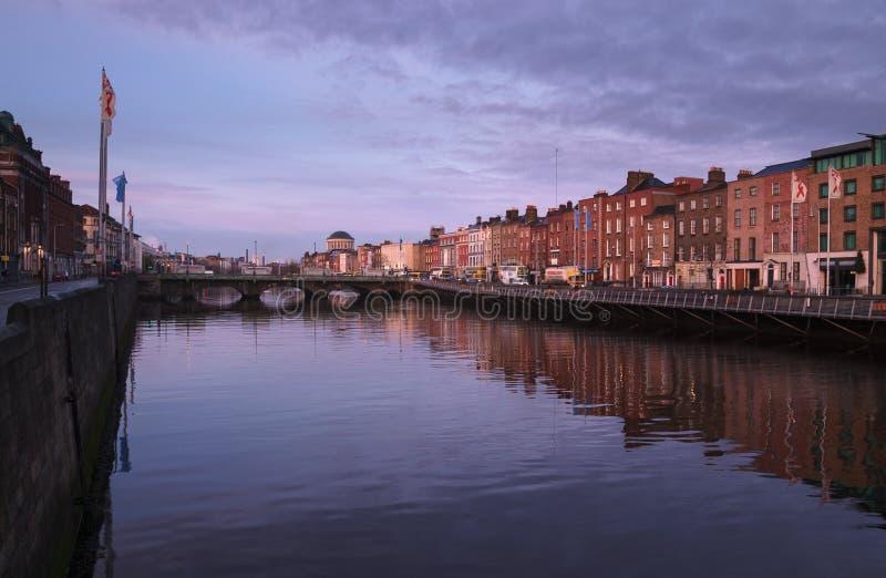 Rzeczny Liffey w Dublin przy wschodem słońca zdjęcie stock