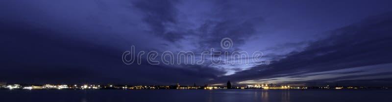 Rzeczny Mersey i Birkenhead nocą zdjęcie stock