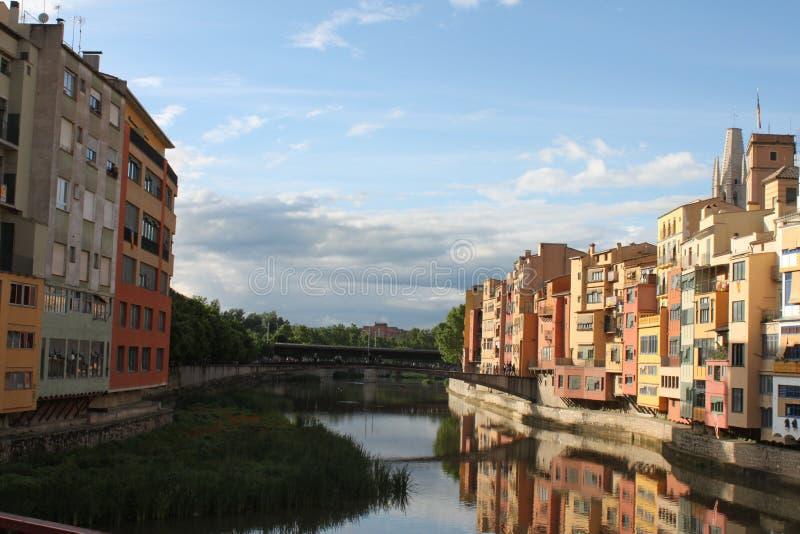 Rzeczny Onyar na swój sposobie przez Girona obraz royalty free