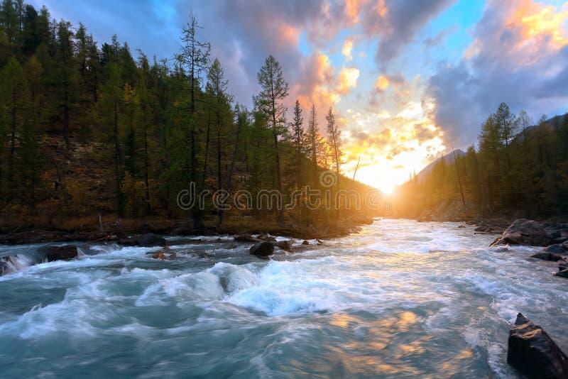 Rzeczny słońce góra obraz royalty free