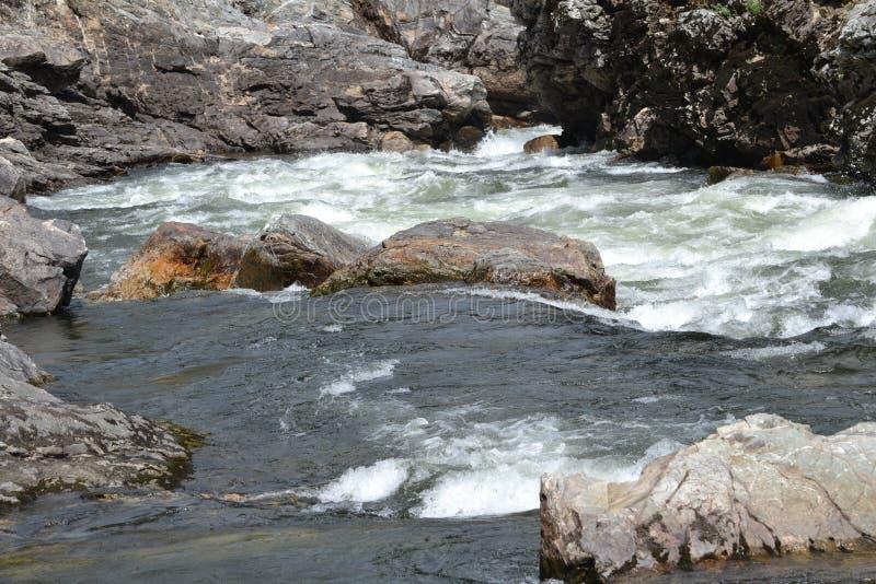Rzeczny spływanie nad skałami w lecie zdjęcie stock