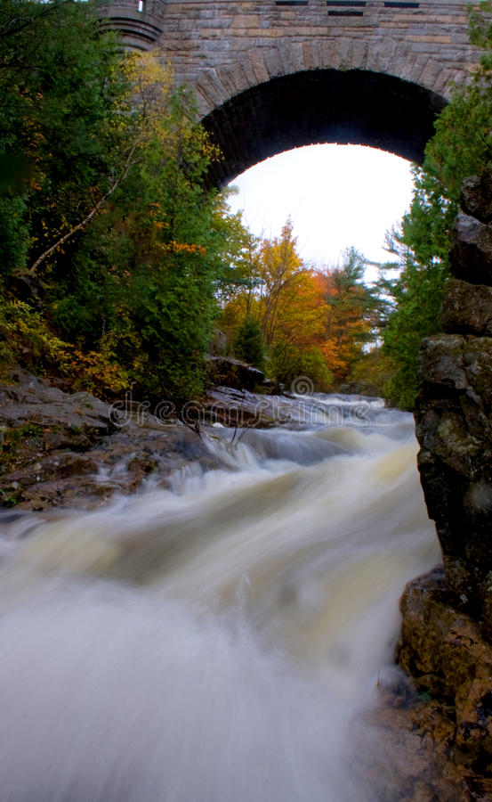 Rzeczny spływanie Pod Historycznym Łukowatym kamienia mosta Acadia obywatelem zdjęcie stock
