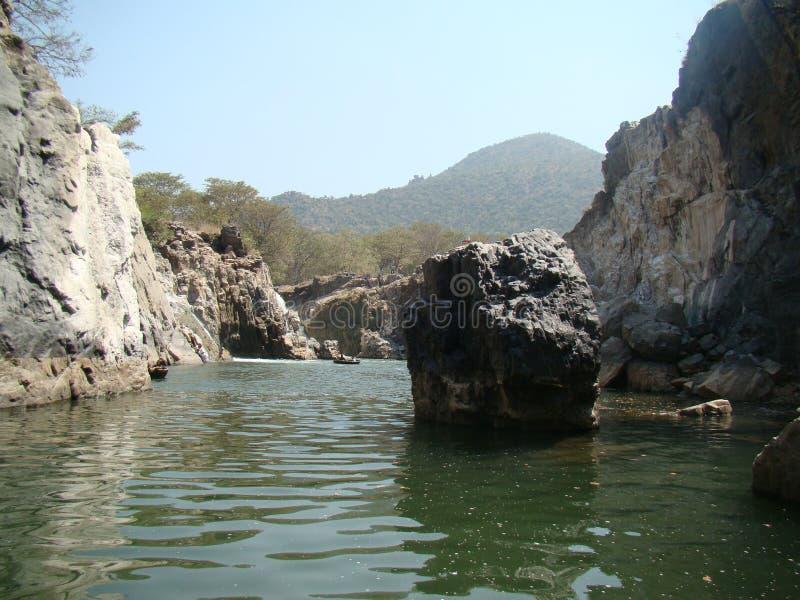 Rzeczny spływanie przez skał w turystycznym miejscu hogenakkal Bangalore fotografia stock