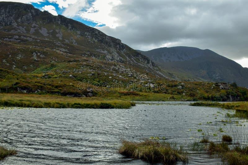 Rzeczny spływanie przez wąskiego przełęcza Gap Dunloe w okręgu administracyjnym Kerry, Irlandia zdjęcia stock