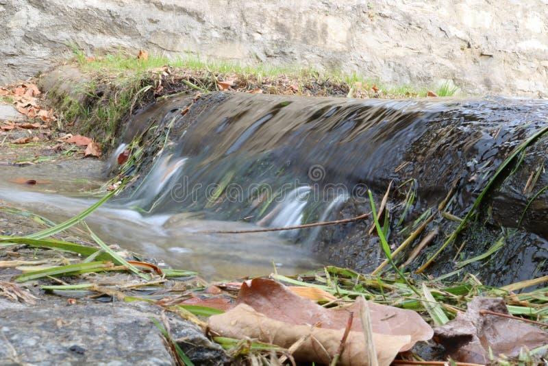 Rzeczny spływanie w naturalnym miejscu fotografia royalty free