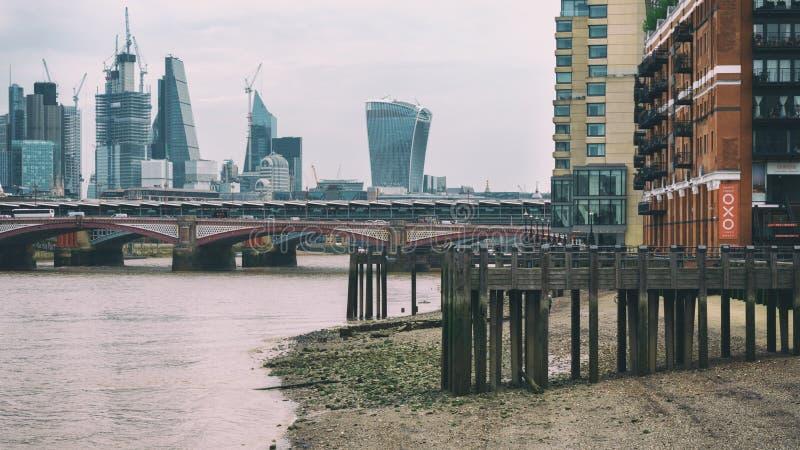 Rzeczny Thames w niskim przypływie z perspektywicznym widokiem na mieście Londyn, Zjednoczone Królestwo, Czerwiec 2018 obrazy stock