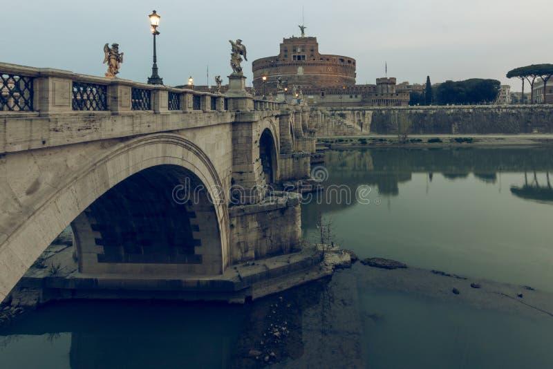 Rzeczny Tiber z aurelius mostem w ranku w tło aniołach roszuje zdjęcia royalty free