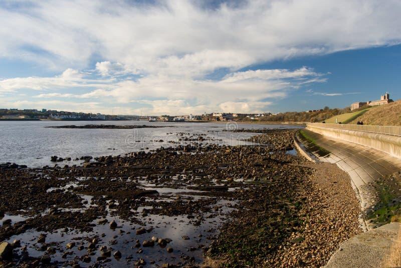Rzeczny Tyne przeglądać od tynemouth, odpływu i wody odbicia bieg chmury, Tynemouth, UK zdjęcie royalty free