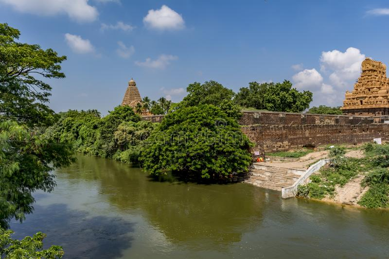 Rzeczny widok - Thanjavur Duża świątynia Z kanał wodą obraz stock