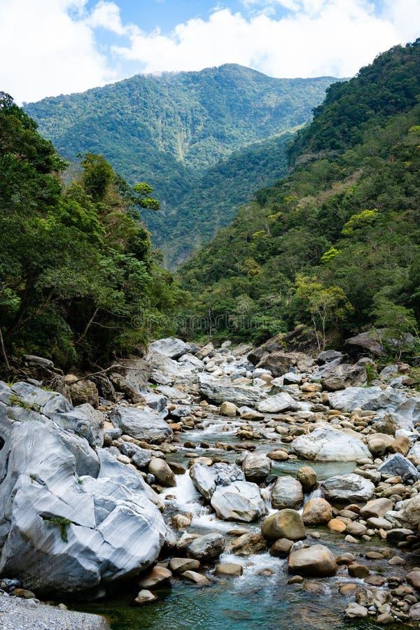 Rzeczny widok wzdłuż Shakadang śladu w taroko wąwozu parku narodowym ja zdjęcia stock