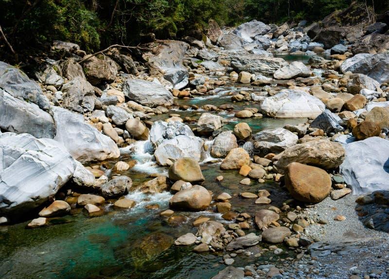 Rzeczny widok wzdłuż Shakadang śladu w taroko wąwozu parku narodowym w Tajwan fotografia stock