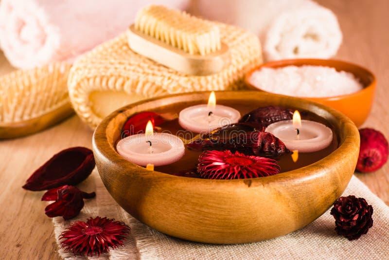 Rzeczy dla zdroj?w traktowa? Świeczki i fragrant wysuszeni kwiaty w wodzie, morze soli, muśnięciu, ręcznikach i hairbrush, zdjęcie royalty free
