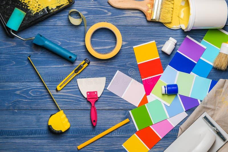 Rzeczy i narzędzia fachowy malarz na drewnianym tle fotografia royalty free