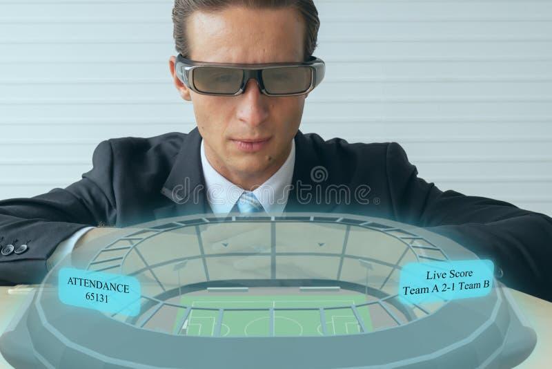 Rzeczywistość pokazania piłki nożnej na żywo, piłki nożnej, która transmitowana jest w czasie rzeczywistym, aby cieszyć się sport fotografia royalty free