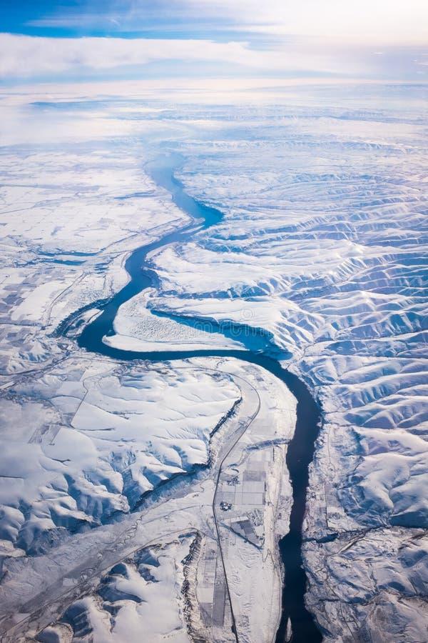 Rzeka, śnieg i góry, fotografia stock