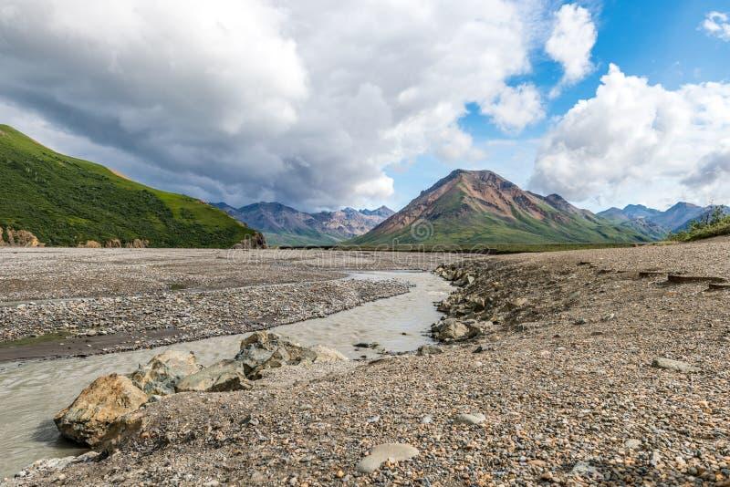 Rzeka Biega Przez żwiru mieszkania w Alaska ` s Denali parku narodowym zdjęcia royalty free