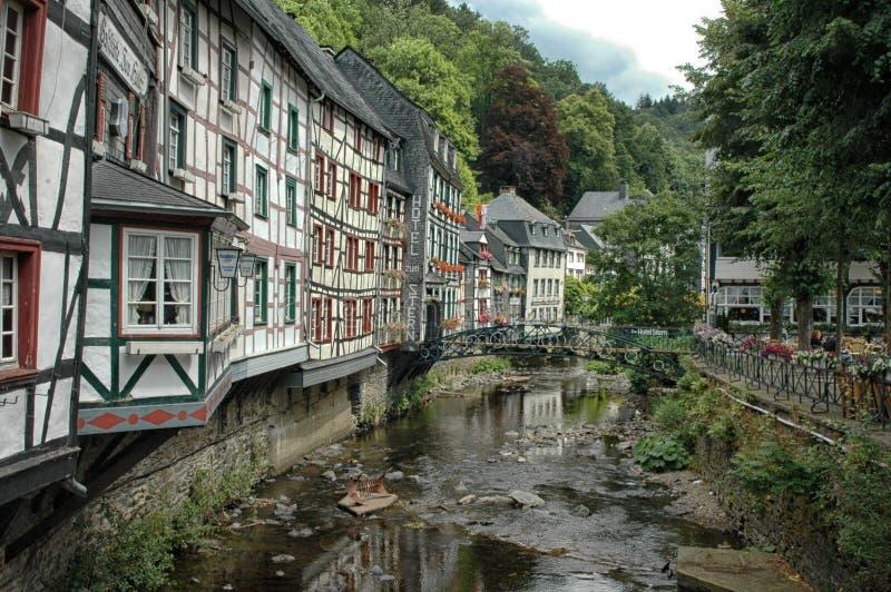 Rzeka biega przez Monschau, Niemcy obraz royalty free