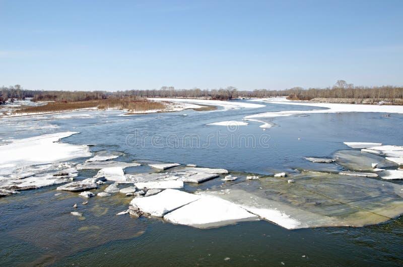 Rzeka budzi się up po zimy zamraża topi wodną powierzchnię i otwiera fotografia royalty free