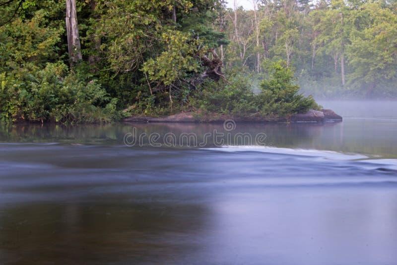 Rzeka chyły Wokoło Skalistego punktu zdjęcie stock