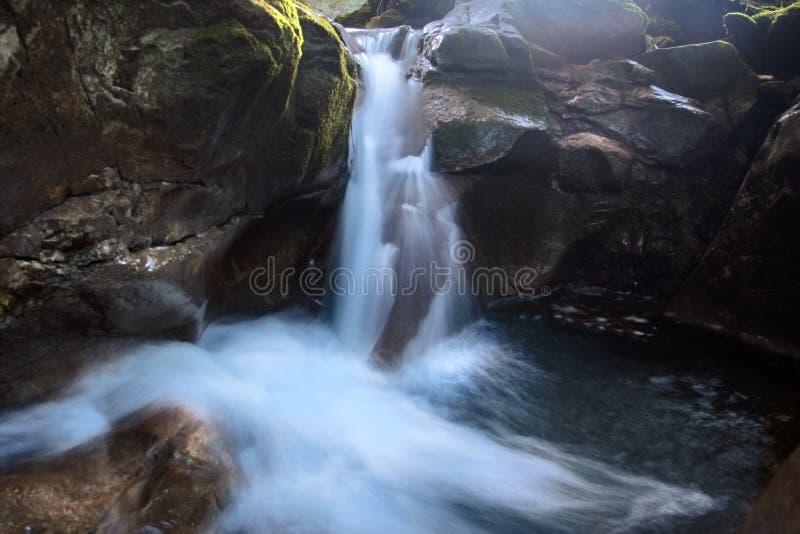 rzeka górskie kamienie obrazy royalty free
