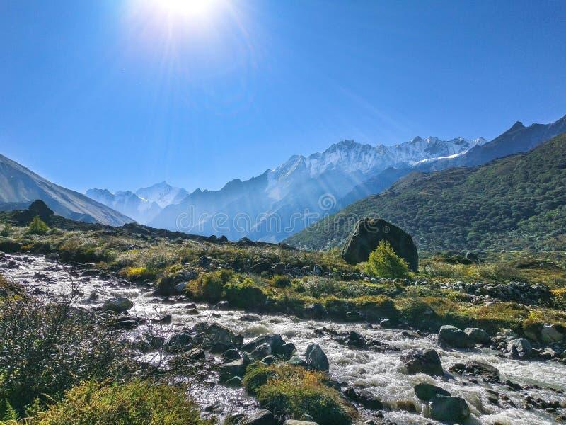 Rzeka i góry, Nepal zdjęcie stock