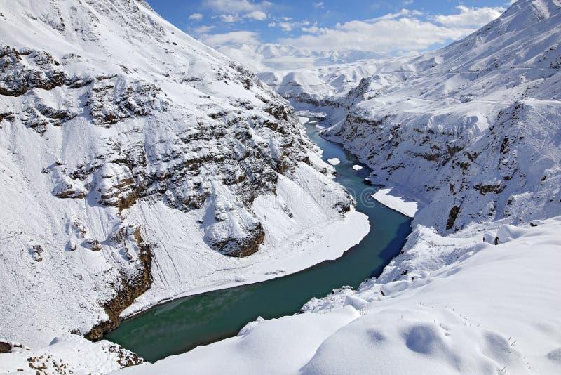 Rzeka Indus w Hemis NP, Ladak, India Rzeka z śniegiem podczas zimy, himalaje Góra krajobraz w India dzikiej naturze pogodny zdjęcia royalty free