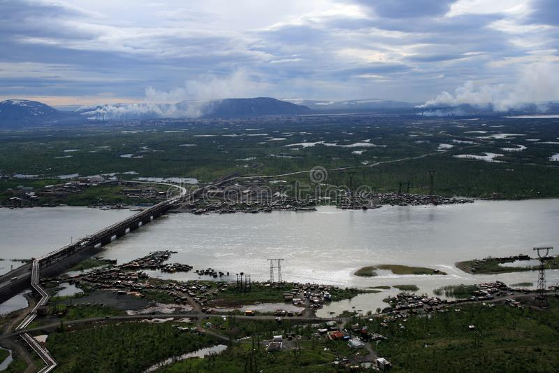 Rzeka, jeziora i tundra blisko Norilsk metalurgicznej rośliny, zdjęcie royalty free