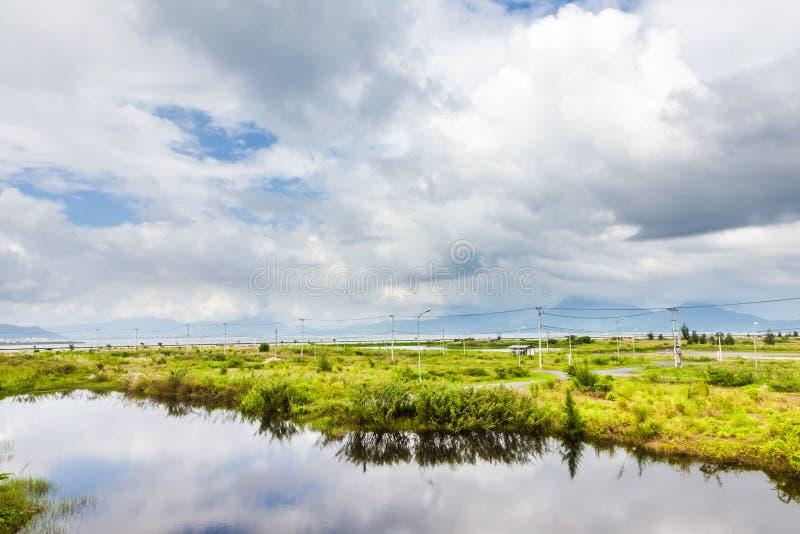 Rzeka, krzak i chmura, zdjęcie royalty free