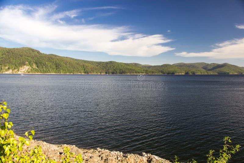 Rzeka, las, niebo na Enisey zdjęcia stock