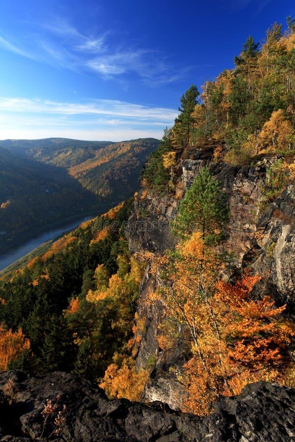 Rzeka między jesieni górą zdjęcia stock